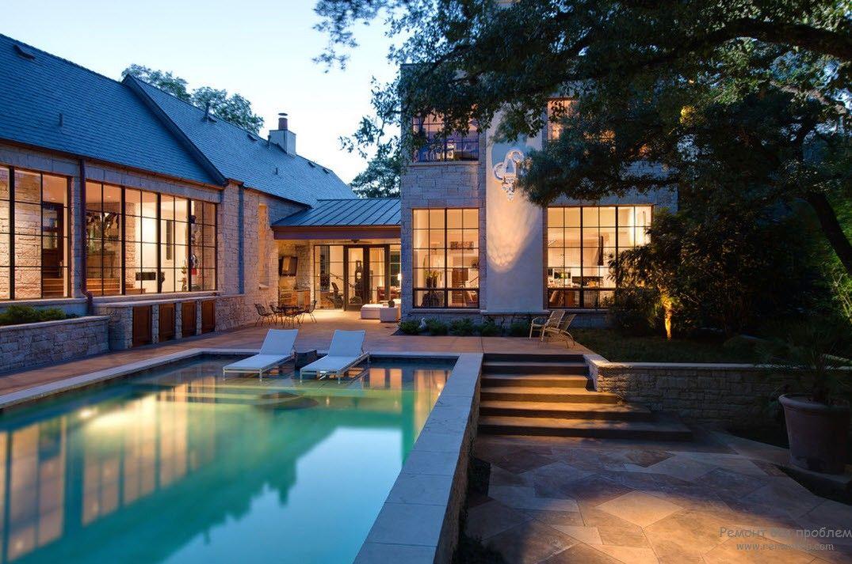 Красивый стационарный бассейн, расположенный возле дома