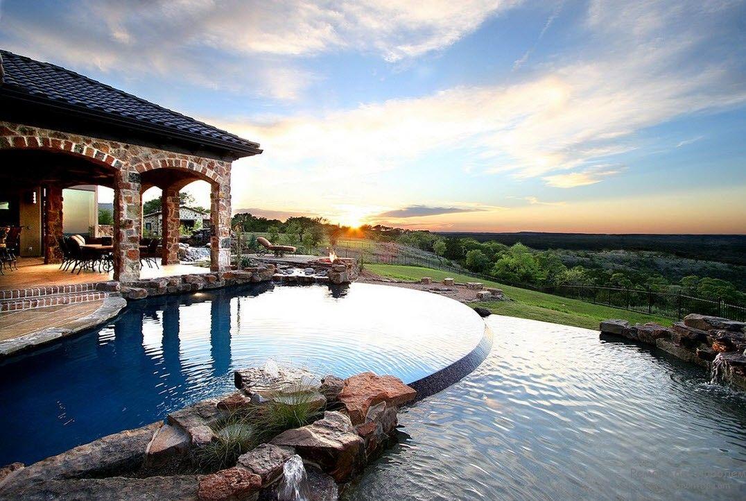 Шикарный дизайн бассейна, примыкающий прямо к дому с шикарным видом