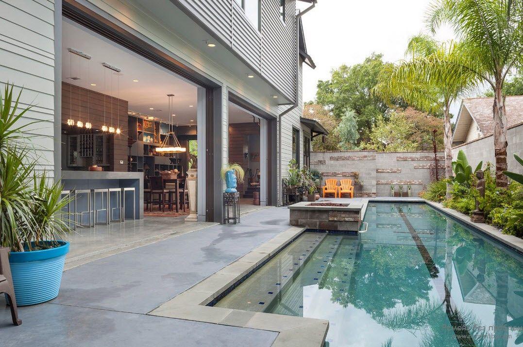 Стационарный вид бассейна, примыкающий прямо к дому