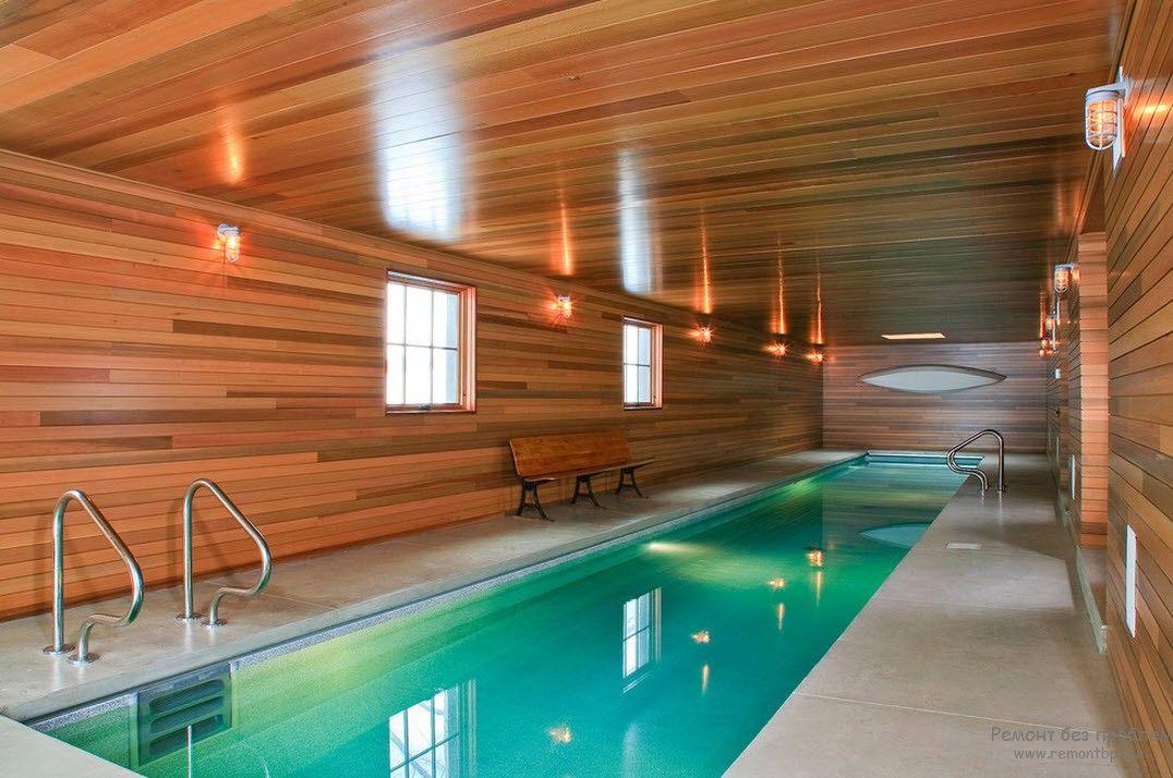 Дизайн бассейна, находящегося внутри загородного дома