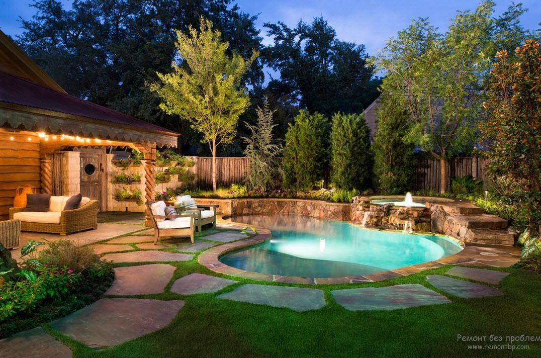 Необыкновенно красивый дизайн небольшого бассейна, расположенного вблизи дома