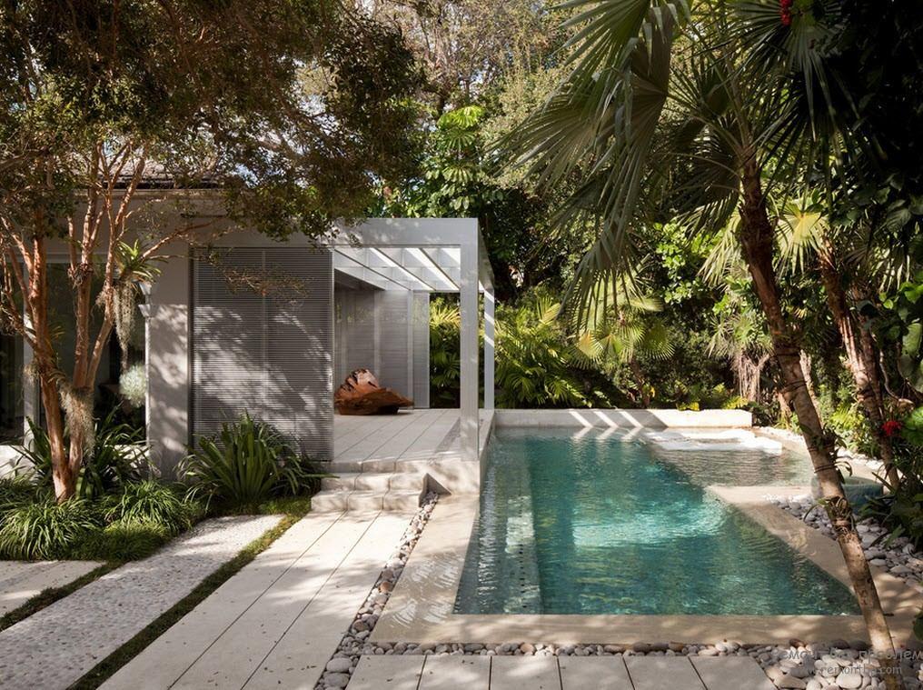 Маленький открытый бассейн на территории возле дома