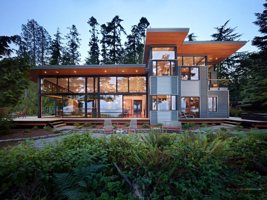 Голяма къща с големи прозорци
