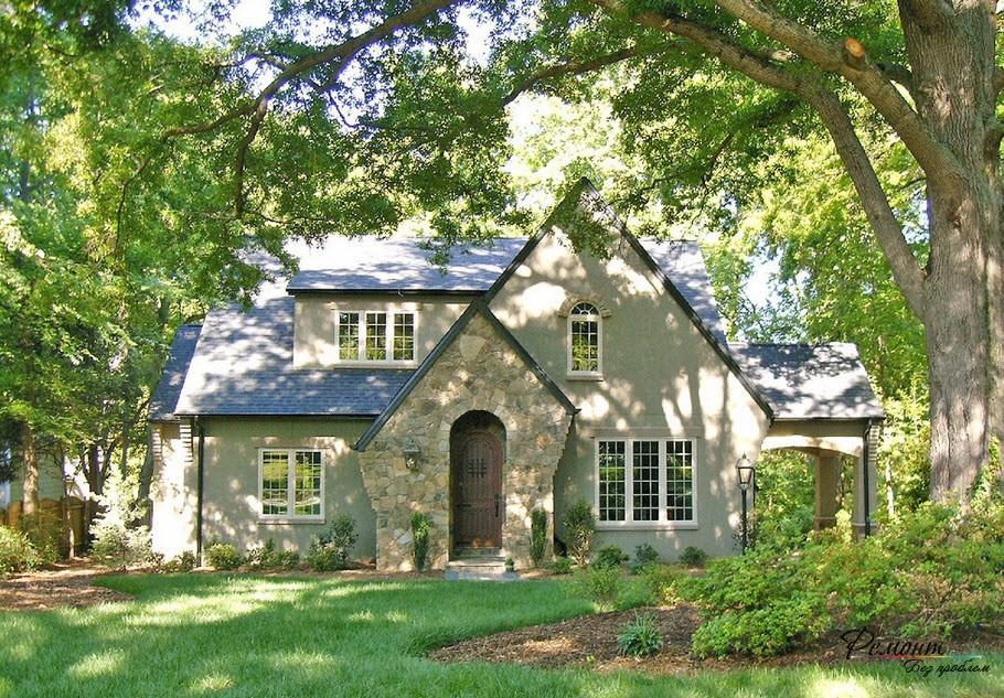 Уютный дом в обрамлении деревьев
