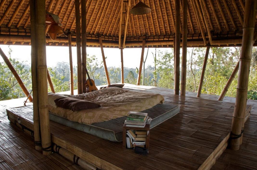 Кровать в доме на дереве