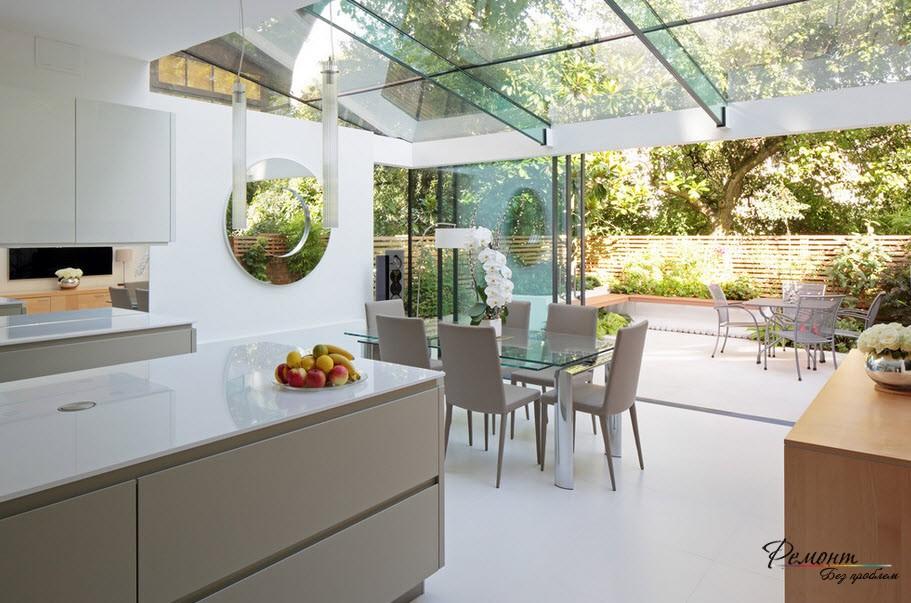 Уютная кухня из стекла