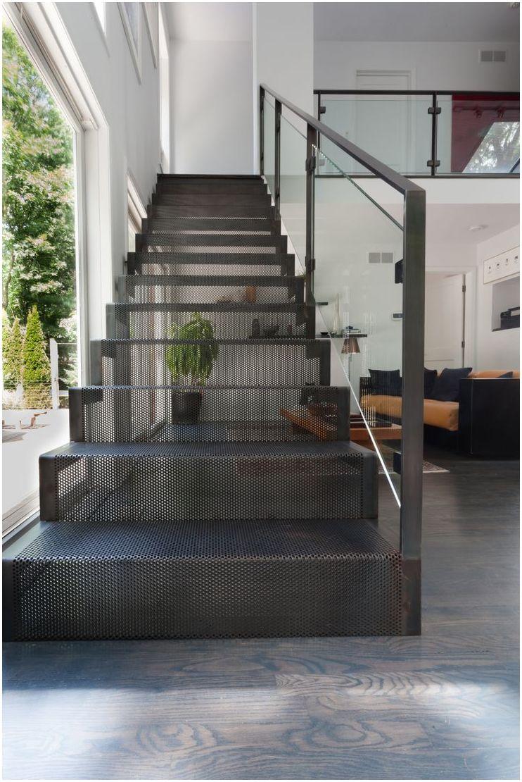 Лестница на металлическом каркасе в частном доме
