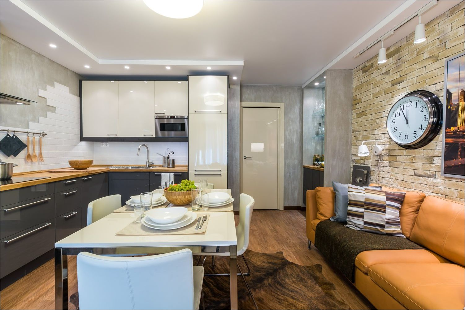 кухня-хол с оранжев диван