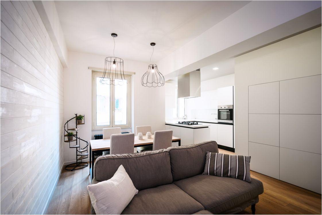 светла кухня-хол с тъмен диван